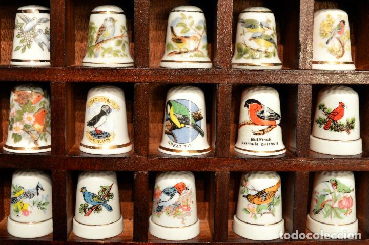 Coleccionismo de dedales: LOTE COLECCION 30 DEDALES DE PORCELANA MOTIVO ANIMALES CON EXPOSITOR MADERA - Foto 4 - 112631575