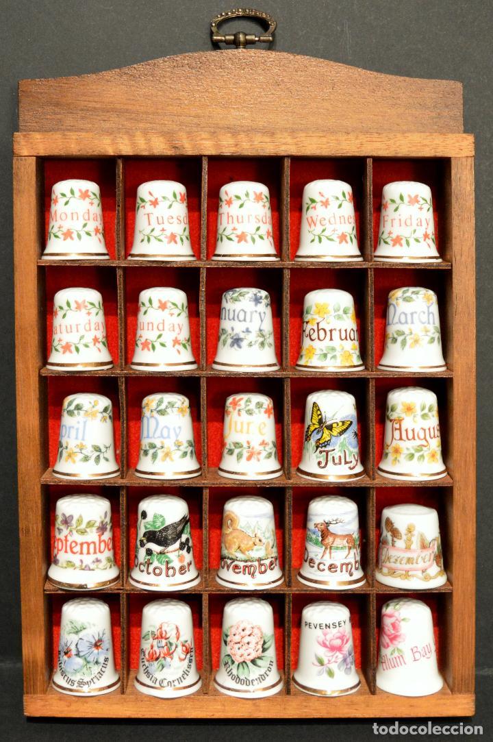 Coleccionismo de dedales: LOTE COLECCION 25 DEDALES DE PORCELANA MOTIVO DIAS DE LA SEMANA Y MESES DEL AÑO CON EXPOSITOR MADERA - Foto 2 - 188527976