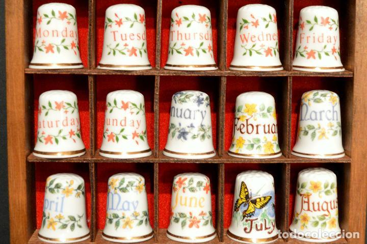 Coleccionismo de dedales: LOTE COLECCION 25 DEDALES DE PORCELANA MOTIVO DIAS DE LA SEMANA Y MESES DEL AÑO CON EXPOSITOR MADERA - Foto 3 - 188527976