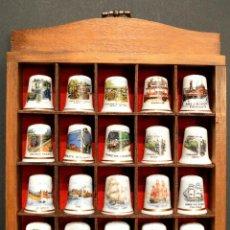 Coleccionismo de dedales: LOTE COLECCION 25 DEDALES DE PORCELANA FILO DE ORO MOTIVO TRANSPORTES Y ESCUDOS CON EXPOSITOR MADERA. Lote 112686279