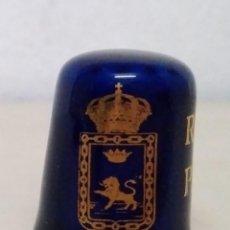 Coleccionismo de dedales: DEDAL DE CERÁMICA ESMALTADA EN AZUL COBALTO Y ORO RECUERDO DE PAMPLONA. CIUDADES. ESCUDOS.. Lote 113193867