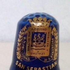 Coleccionismo de dedales: DEDAL DE CERÁMICA ESMALTADA EN AZUL COBALTO Y ORO DE SAN SEBANTIAN. CIUDADES. ESCUDOS. Lote 113194047