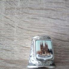 Coleccionismo de dedales: DEDAL DE METAL GRABADO CON IMAGEN DE SAGRADA FAMILIA DE BARCELONA ESMALTADA. Lote 122250703