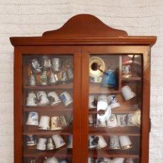 Coleccionismo de dedales: MUEBLE EXPOSITOR VITRINA MADERA CRISTAL PARA COLGAR. Lote 124227068