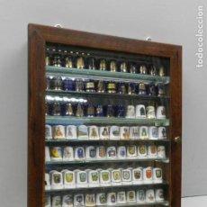 Coleccionismo de dedales: COLECCIÓN DE ANTIGUOS DEDALES DE PORCELANA EN MOSTRADOR DE MADERA . Lote 135463578