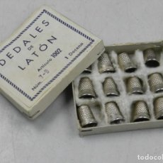 Coleccionismo de dedales: ANTIGUA CAJA CON DEDALES DE LATÓN DOCENA SIN USAR AÑOS 50-60. Lote 146524518