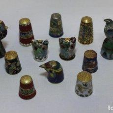 Coleccionismo de dedales: LOTE DE 14 DEDALES DE METAL ESMALTADOS CON MOTIVOS FLORALES Y ANIMALES.. Lote 155757658