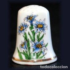 Coleccionismo de dedales: DEDAL PORCELANA - FLORES ALPINAS. Lote 181514348
