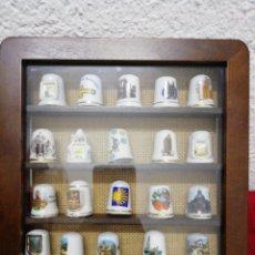 Coleccionismo de dedales: DEDALES EN CUADRO. HAY 20 DEDALES DE PORCELANA DISTINTOS. MEDIDA CUADRO 20,5X20,5CM.. Lote 168466738