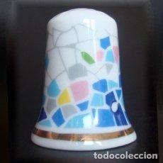 Coleccionismo de dedales: DEDAL PORCELANA - TRENCADIS DE GAUDI. Lote 33338674