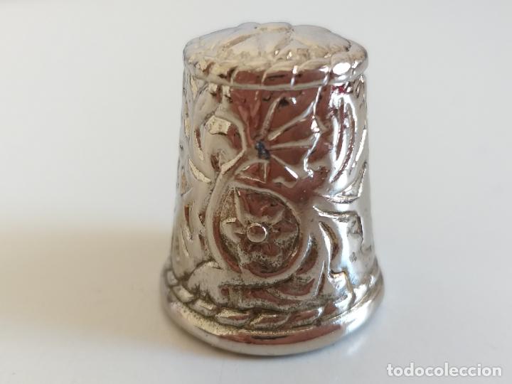 Coleccionismo de dedales: Antiguo dedal. Metal labrado plateado. Publicidad Charly tours. - Foto 2 - 178288975