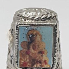 Coleccionismo de dedales: ANTIGUO DEDAL, METAL LABRADO CON IMAGEN DE LA.VIRGEN DEL ROCIO.. Lote 178970020