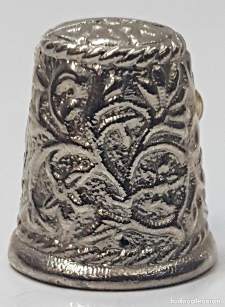 Coleccionismo de dedales: Antiguo dedal, metal labrado con imagen de la.Virgen del Rocio. - Foto 2 - 178970020