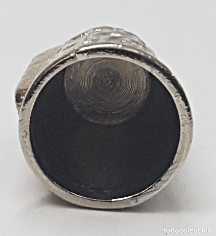 Coleccionismo de dedales: Antiguo dedal, metal labrado con imagen de la.Virgen del Rocio. - Foto 3 - 178970020