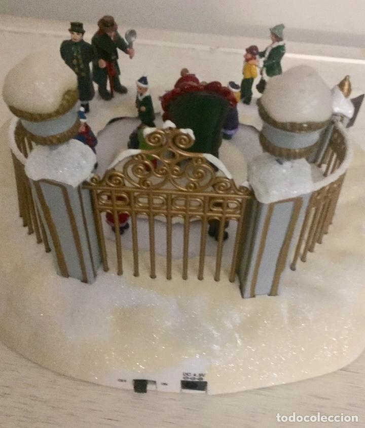 Coleccionismo de dedales: Adorno de navidad Papa Noel en pista de patinaje - Foto 2 - 191410388