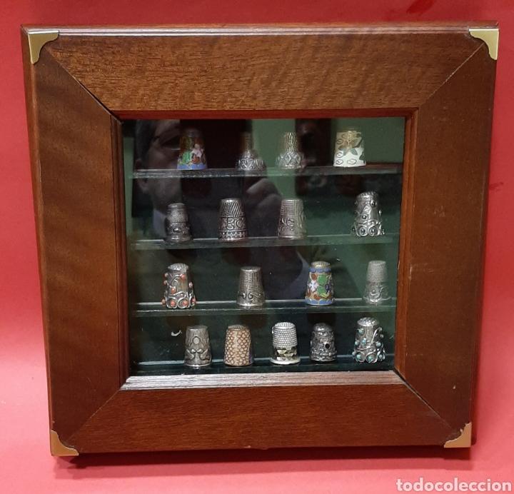 Coleccionismo de dedales: LOTE DE 47 DEDALES ANTIGUOS DE PLATA, ESMALTE CLOISONNÉ Y OTROS MATERIALES CON VITRINA EXPOSITORA. - Foto 3 - 191870286