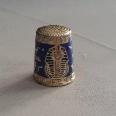 Coleccionismo de dedales: DEDAL DE METAL ESMALTADO EGIPCIO CON GEREOGLIFICOS YCABEZA DE FARAON. Lote 207107395