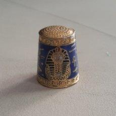 Coleccionismo de dedales: DEDAL DE METAL ESMALTADO EGIPCIO CON GEREOGLIFICOS Y CABEZA DE TUTANCAMON. Lote 207107427