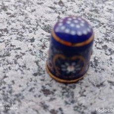 Coleccionismo de dedales: DEDAL AZUL DE PORCELANA DECORADO ORO DE LEY. Lote 238176190
