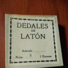 Coleccionismo de dedales: CAJA DEDALES DE LATÓN. 1 DOCENA. DEL NÚMERO 5. APROX. AÑOS 50-60. Lote 247285205