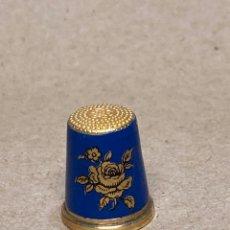 Coleccionismo de dedales: DEDAL DE PLATA 925 CHAPADO DE ORO Y ESMALTE AZUL. Lote 262622330