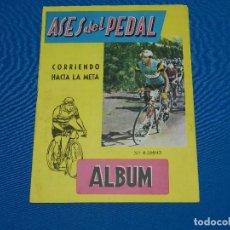 Coleccionismo deportivo: ALBUM ASES DEL PEDAL CORRIENDO HACIA LA META , EXCLUSIVAS TRIUNFO , FALTAN 28 CROMOS. Lote 120626687