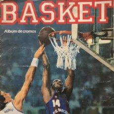 Coleccionismo deportivo: 1989 ÁLBUM DE CROMOS DE BALONCESTO. CONTIENE 40 DE 149 CROMOS. BASKET ACB. BOLLYCAO 23X31 CM. Lote 159378086