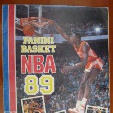 Coleccionismo deportivo: PANINI BASKET NBA 89 ALBUM DE CROMOS INCOMPLETO PERFECTO ESTADO SOLO FALTAN 2 CROMOS. Lote 180176018