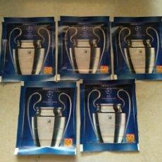 Collezionismo sportivo: LOTE DE 5 SOBRES SIN ABRIR CHAMPIONS LEAGUE 2011/12 DE PANINI, LOS DE LA FOTOGRAFÍA. Lote 218196116