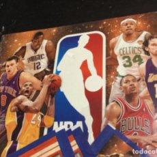 Coleccionismo deportivo: ÁLBUM PLANCHA VACÍO ——— NBA 2010-11. NUEVO Y 4 SOBRES DE CROMOS. Lote 219133387