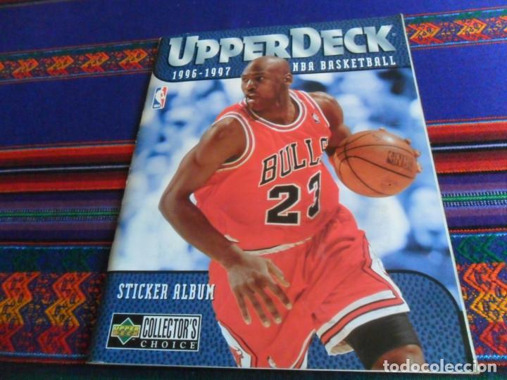 Coleccionismo deportivo: CON CROMO DE MICHAEL JORDAN 1996 1997 NBA BASKETBALL STICKER ALBUM INCOMPLETO. UPPER DECK. BE. RARO. - Foto 2 - 228562430