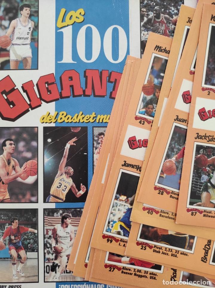 Coleccionismo deportivo: COLECCION COMPLETA SIN PEGAR ALBUM VACIO 100 CROMOS GIGANTES BASKET MUNDIAL 1989 NBA JORDAN STICKERS - Foto 2 - 262929470