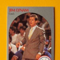 Coleccionismo deportivo: JIM LYNAM 324 NBA HOOPS 90 1990 1990-91 90-91 91 COACH PHILADELPHIA 76 SIXERS TRADING CARD. Lote 192190580