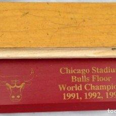 Coleccionismo deportivo: CHICAGO BULLS ( MICHAEL JORDAN ) - 1 PIEZA DE PARQUET USADO ( 4 X 15 CM ) - CON CERTIFICADO ORIGINAL. Lote 257747120