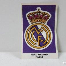 Coleccionismo deportivo: CROMO PEGATINA BASKET - CROMOS 88 - 89 . ESCUDO DEL REAL MADRID . PROMOCIONAL DE BOLLYCAO . AÑOS 80. Lote 289538168