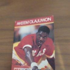 Coleccionismo deportivo: LIBRITO TIPO CROMO NBA HOOPS 1990 AKEEM OLAJUWON #43. Lote 295711138