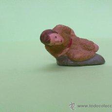 Figurines pour Crèches de Noël: ANTIGUA FIGURA DE BELEN DE BARRO. PASTOR SEMI-TUMBADO. 3,5 CM. DE ALTO. Lote 31979817