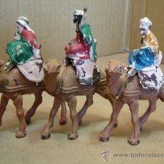 Figuras de Belén: 3 ANTIGUAS FIGURAS BELEN - REYES MAGOS CON CAMELLO - PLSTICO DURO AÑOS 70S. Lote 31987308