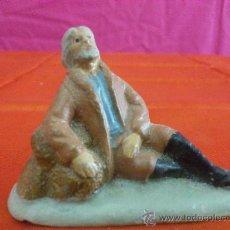 Figurines pour Crèches de Noël: ANTIGUA FIGURA DE BELEN EN BARRO. PAISANO DESCANSANDO. Lote 34624067