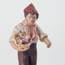 Figuras de Belén: FIGURA DE BELEN O PESEBRE DE TERRACOTA, CHICO CON CESTA. Lote 34704918
