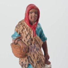 Figuras de Belén: FIGURA DE BELEN O PESEBRE DE TERRACOTA, MUJER CON DOS CESTAS. Lote 34705039