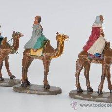 Figuras de Belén: FIGURAS DE PESEBRE DE TERRACOTA, 3 REYES EN CAMELLO. Lote 34748265