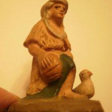 Figuras de Belén: FIGURA BELEN-PESEBRE EN TERRACOTA PASTOR DE RODILLAS CON PATO. ANTIGUA. Lote 34736634