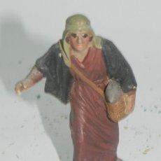 Figuras de Belén: ANTIGUA FIGURA BELEN DE BARRO, TIPO ROSES, CASTELLS O ORTIGAS, MIDE 8,5 CMS. ATENERSE A LAS FOTOGRAF. Lote 35752360