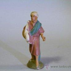 Figuras de Belén: FIGURA DE BELEN-PESEBRE.TERRACOTA. HOMBRE CON CORDERO AL HOMBRO. 5,5CM. AÑOS 40-50. Lote 36874331