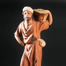 Figuras de Belén: PERSONAJE CON CESTO AL HOMBRO, FIGURA DE PESEBRE O BELEN, EN TERRACOTA. Lote 39569690