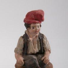 Figuras de Belén: FIGURA DE BELEN O PESEBRE EN TERRACOTA, PERSONAJE SENTADO CON BARRETINA. Lote 39593231