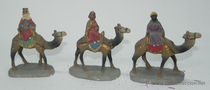 3 ANTIGUAS FIGURAS BELEN DE BARRO, REYES MAGOS, TIPO ROSES, ORTIGAS O CASTELLS, MIDE 10,5 CMS. DE AL (Coleccionismo - Figuras de Belén)