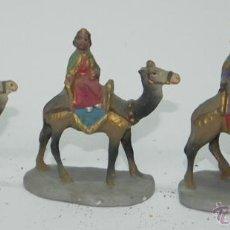 Figuras de Belén: 3 ANTIGUAS FIGURAS BELEN DE BARRO, REYES MAGOS, TIPO ROSES, ORTIGAS O CASTELLS, MIDE 10,5 CMS. DE AL. Lote 38287156