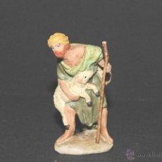 Figuras de Belén: ANTIGUA FIGURA DE BELEN O PESEBRE EN TERRACOTA, PASTOR CON CORDERO. Lote 40399965